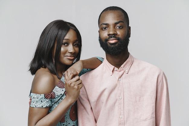 スタイリッシュなアフリカのカップルの肖像画をクローズアップ