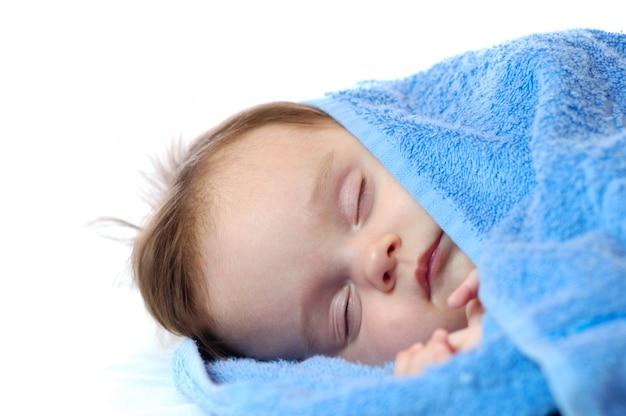 甘い眠っている少女のクローズアップの肖像画