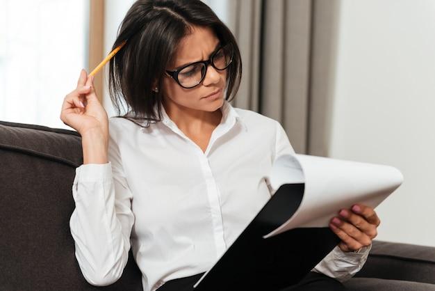ノートを作る若いビジネス女性のポートレートを閉じます