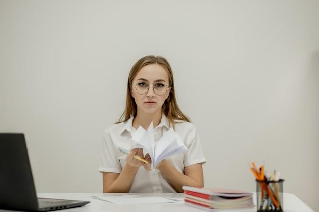 젊은 자신감 여성 사무실의 클로즈업 초상화