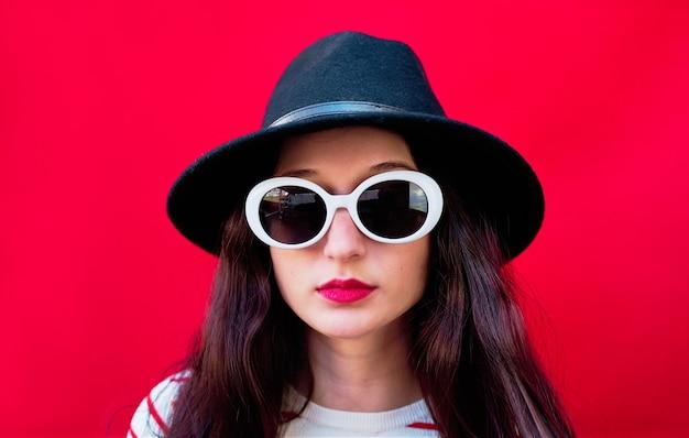 선글라스와 모자와 젊은 여자의 클로즈업 초상화