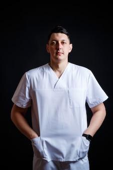 의료 옷을 입은 젊은 남성 의사의 클로즈업 초상화.