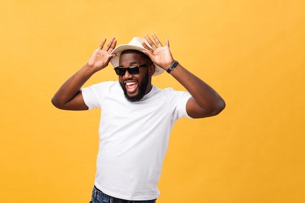 Крупным планом портрет молодого человека, смеющегося с руками, держащими шляпу, изолировать