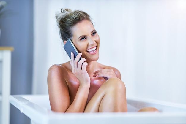 Крупным планом портрет молодой женщины, расслабляющейся в ванне
