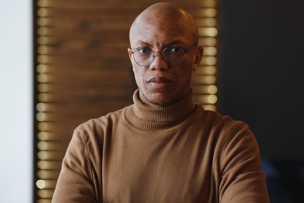 Крупным планом портрет афро-американского человека
