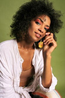 明るいカラフルなアフリカの女性の肖像画をクローズアップ。ポーズを作ります。