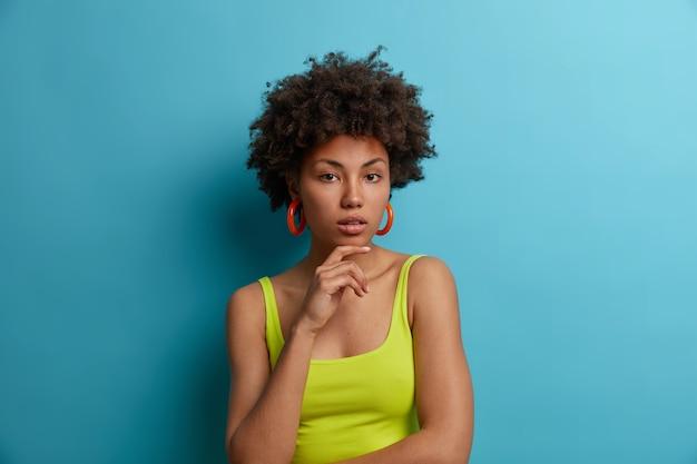 孤立した魅力的な若い女性の肖像画をクローズアップ