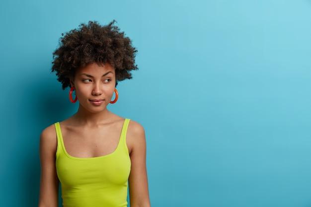 Крупным планом портрет привлекательной молодой женщины изолированы