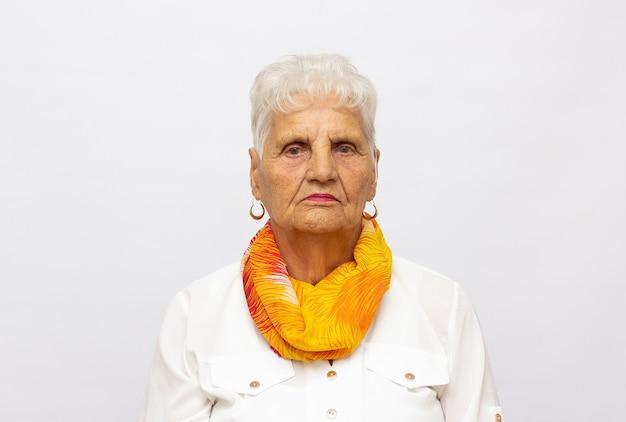 스튜디오에서 격리된 노인 여성의 클로즈업 초상화