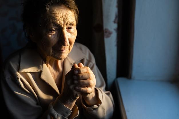 祈っている老婆の肖像画をクローズアップ