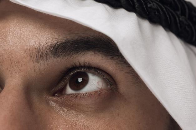 진한 파란색에 아라비아 사우디 사업가의 초상화를 닫습니다