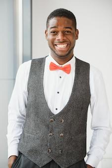 Закройте вверх по портрету привлекательного уверенно афро-американского бизнесмена.
