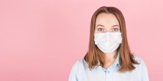 매력적인 여자의 클로즈 업 초상화는 독감이나 감기로부터 보호하기 위해 얼굴 마스크를 착용, 격리