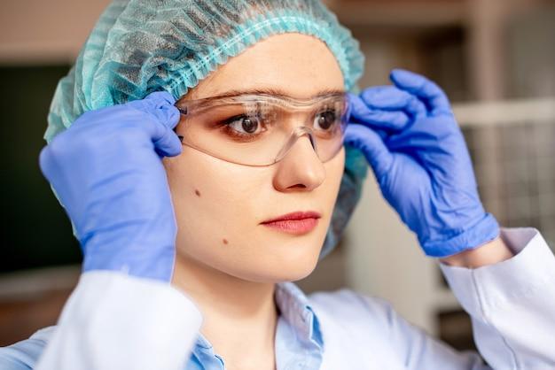 科学化学実験室で魅力的なの肖像画をクローズアップ。