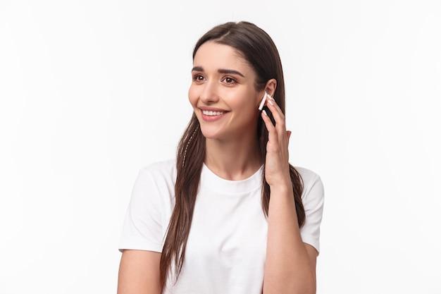 매력적인 웃는 젊은 갈색 머리 여자 전화 통화의 클로즈업 초상화