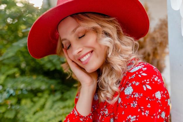Крупным планом портрет привлекательной стильной блондинки улыбается женщина в соломенной красной шляпе и блузке летней моды наряд с улыбкой