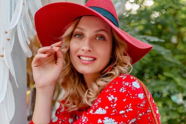 밀짚 빨간 모자와 미소로 블라우스 여름 패션 복장에 매력적인 세련된 금발 웃는 여자의 클로즈 업 초상화