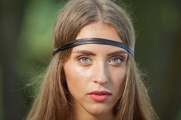 Закройте вверх. портрет привлекательной молодой женщины хиппи. концепция единства с природой Premium Фотографии