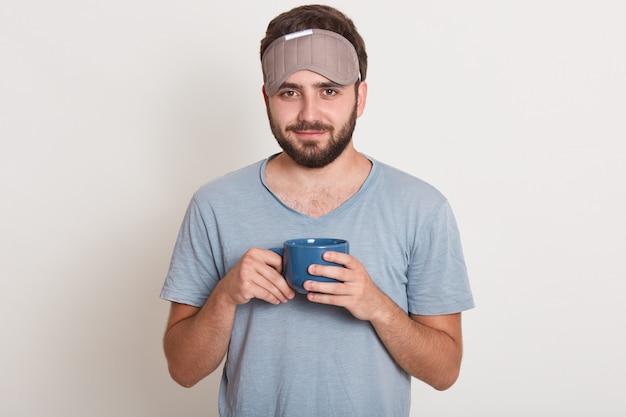 Крупным планом портрет бородатого мужчины в халате и маске, чтобы спать на голове