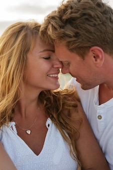 Крупным планом портрет красивой европейской пары в любви, глядя друг на друга.