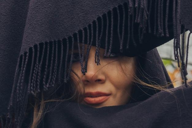 黒い口蓋の美しいタタール人の若い女性のクローズアップの肖像画。
