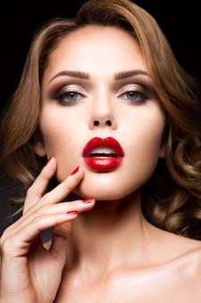 Макро портрет красивой женщины с ярким макияжем
