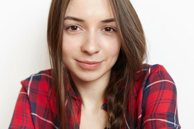 きれいな輝く磁器の皮膚を持つ美しい若いブルネット白人女性のクローズアップの肖像画