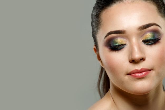 아름 다운 젊은 여자 얼굴의 초상화를 닫습니다. 메이크업 개념입니다.