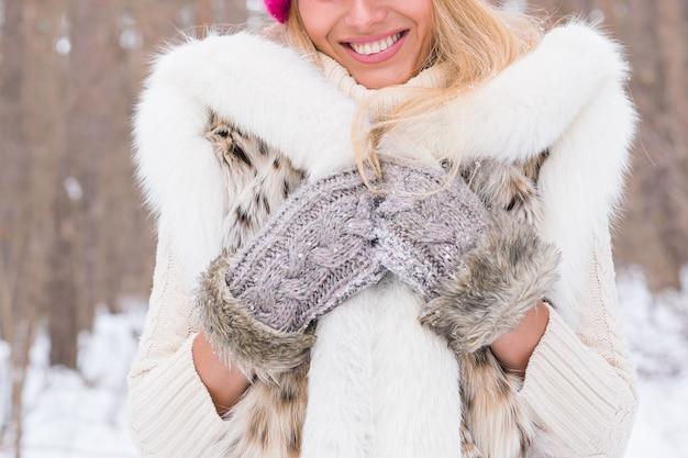 冬の公園で美しい若い女性の肖像画をクローズアップ