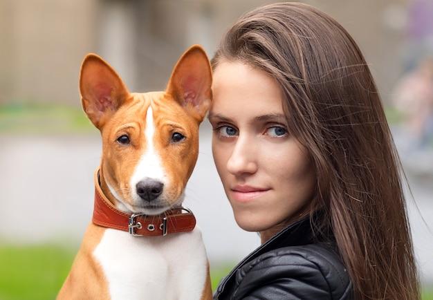 犬と美しい若い女性の肖像画をクローズアップ