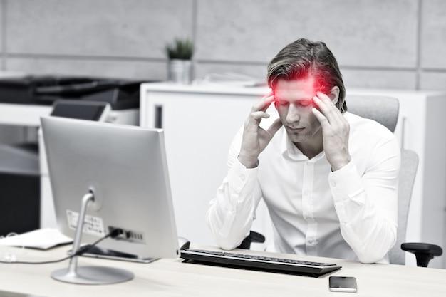 직장에서 두통으로 사업가의 초상화를 닫습니다