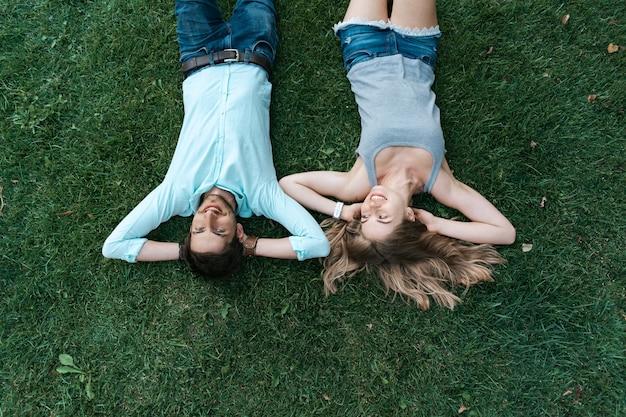 사랑에 함께 잔디에 누워 평온한 부부의 초상화를 닫습니다