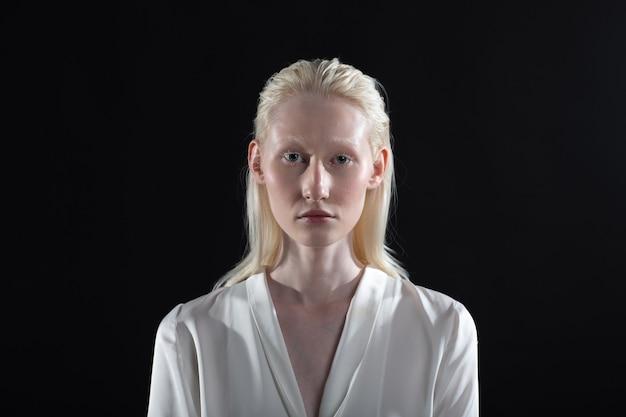 白人アルビノ金髪女性の肖像画をクローズアップ。