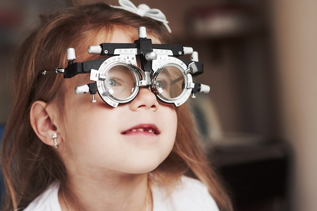 右を見ている特別な眼鏡をかけた子供の肖像画をクローズアップ。