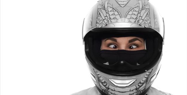 Extereme 삶과 미친 wowan의 초상화를 닫습니다. 흰색 바탕에 오토바이 헬멧에 레이디입니다. 사시 어린 소녀. 공간을 복사하십시오.