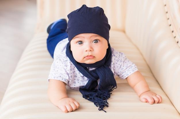 青い帽子をかぶってかわいい男の子の肖像画をクローズアップ。