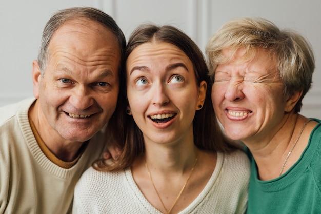 年配の成熟した女性、男性、ミレニアル世代の娘と家族の肖像画を閉じます。