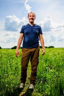 Крупным планом портрет человека фермера с бородой, глядя в камеру в пшеничном поле. лицо мужчины-фермера в поле изолированное на открытом воздухе, поле фермера. природа рост сбор урожая растениеводство, фермерский рынок