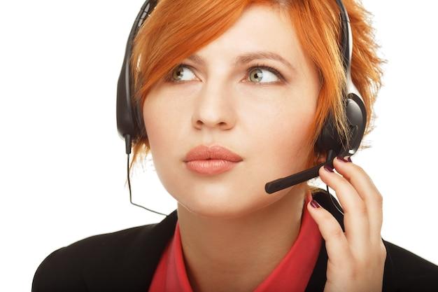 여성 고객 서비스 담당자 또는 콜센터 근로자의 초상화를 닫습니다
