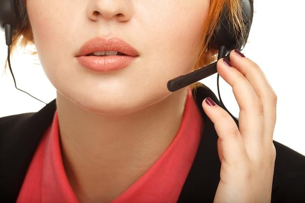 여성 고객 서비스 담당자 또는 콜 센터의 초상화를 닫습니다