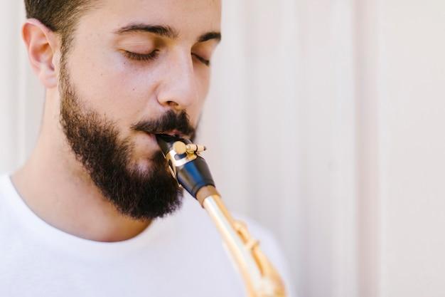 Крупным планом портрет сосредоточенного музыканта