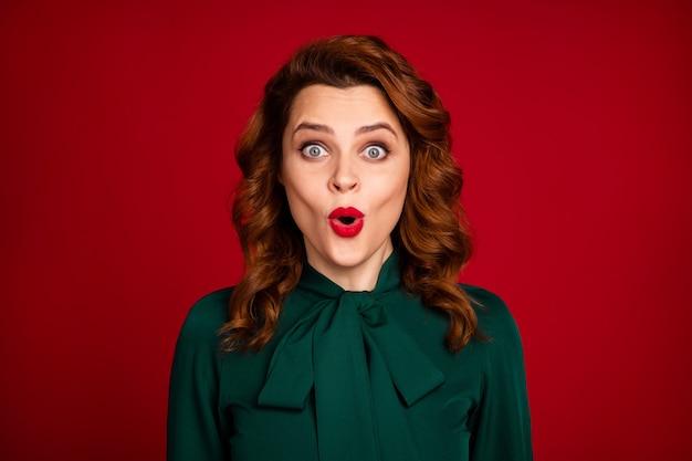 赤い栗色のブルゴーニュマルサラ色の背景に分離された女の子のギフト反応のクローズアップの肖像画