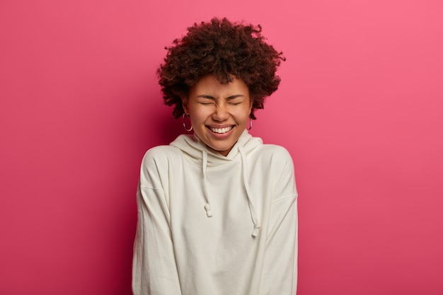 ゴージャスな若い女性の肖像画をクローズアップ