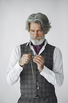 Закройте вверх по портрету усмехаясь старомодного человека. дедушка с часами.