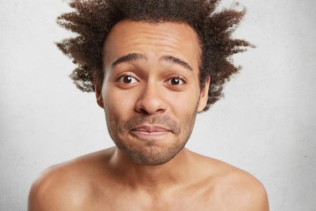 魅力的な外観を持つハンサムなひげを剃っていない男性の肖像画を間近します。