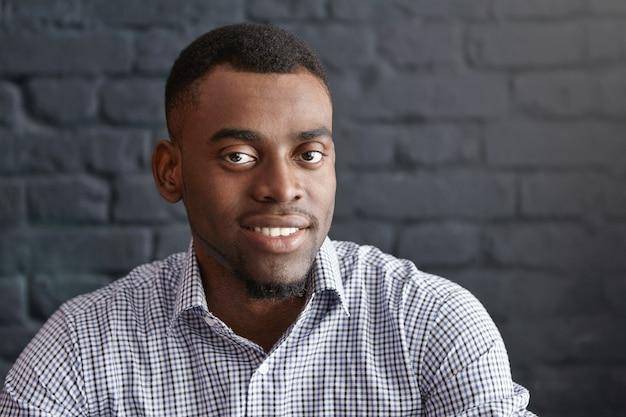 Портрет крупным планом красивого молодого темнокожего студента или сотрудника