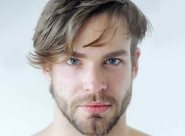 ハンサムな若い男の肖像画をクローズアップ