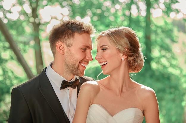 Закройте вверх. портрет счастливой невесты и жениха на открытом воздухе