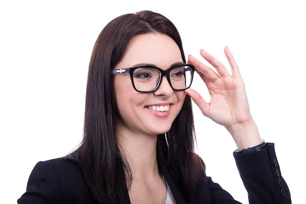 白い背景で隔離の眼鏡で幸せなビジネス女性の肖像画を閉じる