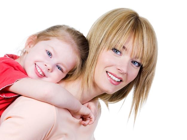 分離-小さな娘と一緒に幸せな陽気な母のクローズアップの肖像画
